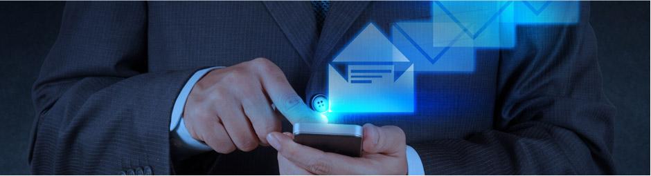 Firmaların tüketiciye yönelik izinsiz SMS, elektronik posta gibi mesajlarıyla, telefon aramalarını yasaklayan düzenleme yürürlüğe girdi. Bu kararla beraber istenmeyen reklam mesajı ya da elektronik posta gönderen firmalara 50 bin liraya kadar para cezası gelecek. Tüketici için sevinç yaratan Elektronik Ticaretin Düzenlenmesi Hakkındaki Kanun, bu işten para kazananları ise farklı çözümler bulmaya itecek gibi görünüyor. Bu yasanın tam olarak uygulanabilmesinde operatörlere ciddi görevler düşüyor. Çünkü yasa sadece yurtiçinden gönderilen SMS'lere sınırlama getirebiliyor.
