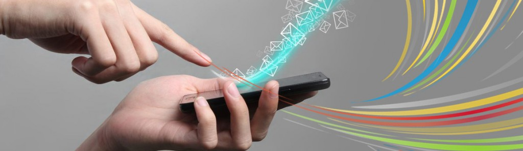 """''YURTDIŞINDAKİ SMS GÖNDERİMİNDE ENGEL YOK'' Helvacı, istek dışı SMS'i engelleyen regülasyonda dikkat edilmesi gereken bir nokta olduğunu da vurgulayarak, """"Bu regülasyon sadece Türkiye'deki şirketlerden SMS gönderimi için geçerli. Yurtdışından SMS gönderiminde engel yok. Tüketicinin tam burada kafası karışacak. Yasakladığı mesaj yine geldiğinde kızacak. Belki o firma mesajlarını yurtdışı kaynaklı bir şirketten gönderiyor olacak. Türkiye'deki GSM operatörleri bu toplu gönderileri kabul etmeye devam ederlerse sektör merdiven altına, yurtdışına kayabilir. İşte o zaman pazar adına bir kaos ve tehlike olacaktır"""" uyarısında bulundu. ''YURTDIŞINA KAYABİLİR'' Betül Helvacı, operatörlerin izleyeceği yolun bundan sonraki sms trafiğinde belirleyici olacağını da kaydederek, şunları söyledi: """"Birincisi yurtdışına kayması olası görünen bu pazarı dengelemek için yurtdışından gelen mesajlara çok ciddi sınırlar koymaları gerekiyor. İkinci olarak da hiç rahatsız olmayan aksine sms almak isteyen kişilerden oluşan izinli veritabanı listelerine yönelecekler. Yıllardır çeşitli profillemelerle kullanılan bu portföyler artık daha yoğun kullanılacak. Sms rahatsız etmeyen, okuma zamanını kendinizin belirlediği bir iletişim aracı. Kısa öz yazılıyor ve her an elinizin altında. Tüketiciler asla vazgeçmeyeceklerdir."""""""