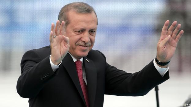 """Cumhurbaşkanı Erdoğan, MİT TIR'larının durdurulmasıyla ilgili """"gerçeğe aykırı bazı görüntü ve bilgiye yer verdiği"""" gerekçesiyle Cumhuriyet Gazetesi Genel Yayın Yönetmeni Can Dündar ve gazete hakkında suç duyurusunda bulundu. İstanbul Cumhuriyet Başsavcılığına gönderilmek üzere, Ankara Cumhuriyet Başsavcılığına Erdoğan'ın avukatı Muammer Cemaloğlu tarafından verilen suç duyurusu dilekçesinde, Cumhuriyet gazetesinin 29 Mayıs 2015'deki nüshasında, geçen yıl Hatay ve Adana'da, MİT'e ait yardım tırlarının durdurulmasıyla ilgili, """"gerçeğe aykırı bazı görüntü ve bilgiye yer verildiği"""" belirtildi. 'TIR'ları arayan örgüt eylemlerine iştirak etmiştir' Dilekçede, Dündar'ın, """"paralel örgüt tarafından kendisine sızdırılan sahte görüntü ve bilgileri yayınlayarak, yardım tırlarını, planlanan kurgu çerçevesinde 'Türkiye Cumhuriyeti Devleti'nin terör örgütlerine yardım ettiği algısı oluşturmak amacıyla' sahte ihbar ve sahte delillerle tuzak kurarak, tamamen hukuka aykırı bir biçimde TIR'ları arayan örgüt mensuplarının eylemine iştirak ettiği"""" bildirildi."""
