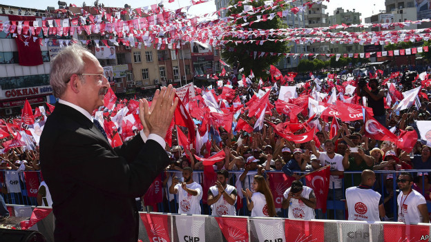 """CHP lideri Kemal Kılıçdaroğlu partisinin Adıyaman mitinginde konuşuyor. Sizden sadece 4 yıl istiyorum. Dört yıl yöneteceğim Türkiye'nin sorunlarını çözeceğim. Rahmetli Ecevit'in geleneğinden geliyoruz: """"Ne ezen ne ezilen, insanca, hakça bir düzen"""" diyordu. Biz de aynısını diyoruz. Bu ülkeye huzuru getireceğiz diyoruz."""