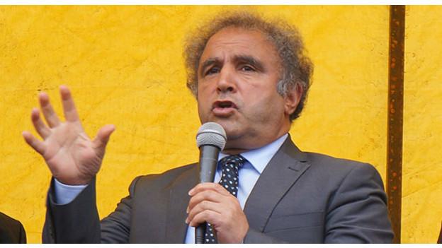 """Radikal gazetesi Cumhurbaşkanı Erdoğan'ın meydanlara taşıdığı Kürtçe Kuran-ı Kerim'i HDP'nin ilahiyatçı ve Kürdolog Milletvekili adayı Kadri Yıldırım'la konuştu. Yıldırım, Diyanet İşleri Başkanlığı'nın bastırdığı Kürtçe Kuran için """"Tekiller çoğul olmuş, çoğullar tekil olmuş. Eril ifadeler dişil, dişil ifadeler eril olmuş. Anlam yanlışları çok var. Söz konusu kutsal kitabımız Kuran-ı Kerim olunca bu tür hatalar affedilmez"""" dedi. Yıldırım, Kürtçe Kuran'ın seçimlere yetiştirilmesi için aceleye getirildiğini de iddia etti."""