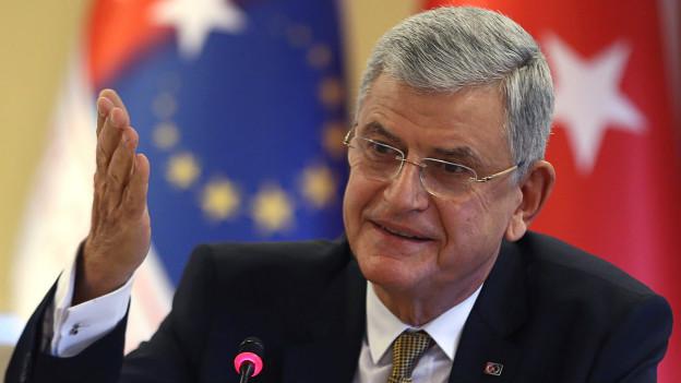 """Ankara, Avrupa Parlamentosu'nun (AP) önümüzdeki haftalarda oylayacağı Türkiye raporu öncesinde AP'ye bildirimde bulundu. Avrupa Birliği (AB) Bakanı Volkan Bozkır, AP'ye gönderilen raporda özellikle """"1915 olayları"""", """"PKK'nın terör örgütü listesinden çıkarılması"""" ve """"katılım müzakerelerini olumsuz etkileyecek nitelikte yeni fasılların açılmaması ya da mali yardımların askıya alınması"""" konularının Türkiye için """"hassasiyet"""" yarattığını belirtti. AB Bakanlığı'ndan yapılan basın açıklamasında """"Bakan Bozkır, Raporun kabul edilecek nihai metninde, AP'nin 1915 olayları hakkındaki 15 Nisan 2015 tarihli kararına bir atıf yapılması; PKK'nın AB terör örgütleri listesinden çıkarılması çağrısı yapılması; AB Komisyonu'nun ve AP'nin Türkiye raporlarının varlık sebebini teşkil eden katılım müzakerelerimizi olumsuz etkileyecek nitelikte yeni fasılların açılmaması ya da katılım öncesi mali yardımların askıya alınması çağrısı gibi hususların yer alması halinde AP Raporu'nun Türkiye için kabul edilemez nitelikte olacağını bir kez daha muhataplarına bildirmiştir"""" denildi."""