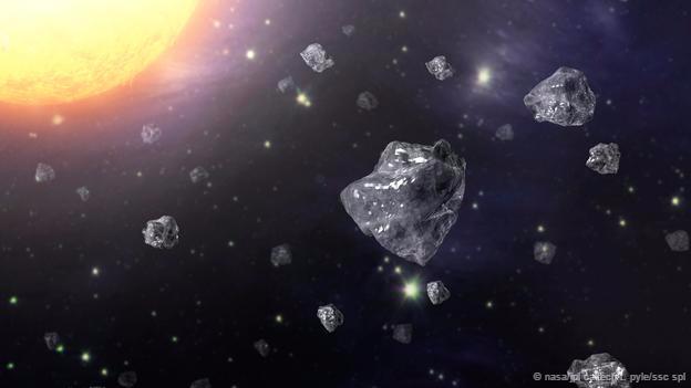 Uzayda elmas parçacıkları Göktaşlarındaki elmasların küçük gezegenler olarak da bilinen asteroidlerin çarpışması sonucu oluştuğuna inanılıyor. Çarpmanın etkisi öyle güçlü oluyor ki gezegendeki karbonu minik elmaslara dönüştürecek halde sıkıştırıyor.