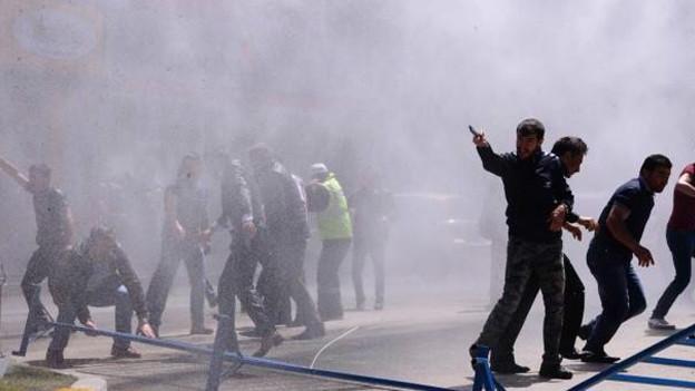 HDP Eş Genel Başkanı Selahattin Demirtaş'a Erzurum'da miting yaptırmayacağını söyleyen bir grup protestocuya polis tazyikli su ve biber gazıyla müdahale etti. Doğan Haber Ajansı, miting alanı yakınlarındaki evlere ve dükkanlara Türk bayrakları asıldığını, ellerinde Türk bauyrakları taşıyan yaklaşık bin kişilik bir grubun miting alanına yürümek istediğini aktardı. Kalabalığın 'Burası Erzurum, Erzurum'dan çıkış yok' sloganları attığı ifade ediliyor.