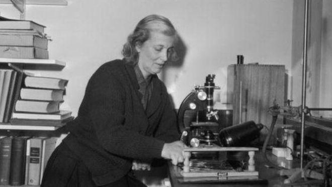 Nobel ödüllü Dorothy Hodgkin, gazetelerde 'Oxfordlu ev kadını' diye anılmıştı.