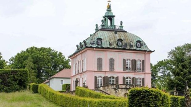 Alman gurma 51 yaşındaki Silvio Stelzer 2007 yılında Hitler'in bir dönem konyak ambarı olarak kullandığı şatoyu satın aldı. Burada bir restoran açan Stelzer, satın aldığı şatonun tarihçesini de araştırmaya başladı.