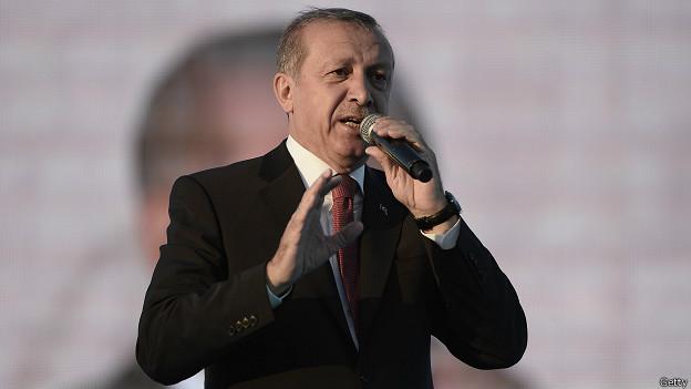 """Kars'ta konuşan Cumhurbaşkanı Erdoğan, """"7 Haziran'da bunlara derslerini verin"""" dedi. Erdoğan, muhalefet partilerine yüklenerek """"Bu vatan üzerinde operasyon düşünenler karşılarında bizi bulur"""" diyerek sözlerine devam etti. Cumhuriyet gazetesinin MİT TIR'ları haberinin ardından muhalefet partilerinden gelen tepkileri de eleştiren Erdoğan şöyle devam etti: """"Suriye Türkmen Meclisi Eski Başkanı Türkiye'nin yardımı olmasaydı 1 milyon şehit vermek zorunda kalacaklarını söylüyor. MHP'nin Suriye Türkmen'i olan bir milletvekili bize teşekkür ediyor ama MHP Genel Başkanı bizi suçluyor. Ana muhalefetin genel başkanı Esad'ın ağzı ile konuşuyor."""""""