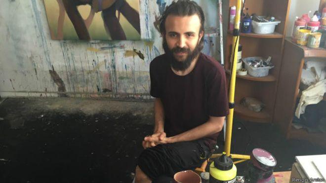 Suriye'de dört yıl önce başlayan savaşta onlarca sanatçı hayatını kaybetti, yaralandı, kaçırıldı ve işkence gördü. Bazıları ise, bazen o güne kadar ürettikleri eserleri bile yanlarına almadan ülkelerini terk etti ve komşu ülkelere sığınan 4 milyon mülteci gibi evlerinden uzakta yaşamaya mecbur kaldılar.