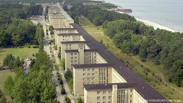 Bu devasa tatil kompleksi sadece üç yıl içinde Naziler tarafından inşa edildi. 4,5 kilometrelik sahil boyunca uzanıyor ve 20 bin kişi ağırlayabiliyor. Bir bölümü gençlik yurdu olarak kullanılırken diğerleri tatil evlerine dönüştürülmüş durumda.