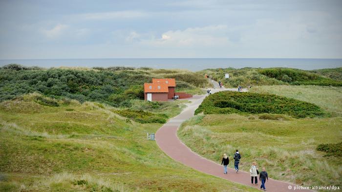 Helgoland ana karaya en uzak Alman adası. Yolculuk yaklaşık üç saat sürüyor. Doğayı korumak için adada otomobilin yanı sıra bisiklete de izin yok. Uzun Anna kayalığı adanın en ünlü noktası.