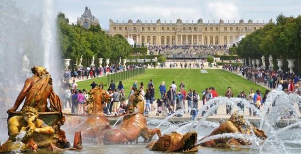 Paris yakınlarındaki Versailles Sarayı, bin 800 odası ile Avrupa'nın en büyük sarayları arasında yer alıyor.  Sarayın yapımına 1677 yılında XIV. Ludwig döneminde başlanmıştı. Avrupa'daki birçok hükümdar, kendi saraylarının yapımında Versailles Sarayı'nı örnek aldı.