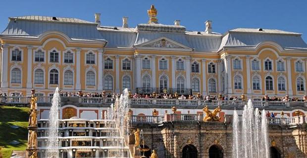 Rusya'nın Versailles'ı olarak kabul edilen Petershof Sarayı, St. Petersburg'un batısında yer alıyor. 1723 yılında açılan Finlandiya Körfezi'nin güney kıyısındaki saray, Çar I. Peter tarafından yazlık rezidans olarak kullanılmıştı.