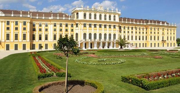 Kraliçe Maria Theresia, Viyana'daki Schönnbrunn Sarayı'nı yaklaşık 300 yıl önce Avrupa'daki avlu yaşamının merkezi haline getirdi.  Avusturya-Macaristan İmparatorluğu'nun görkemli yapılarından olan bu saray, günümüzde de yılda ortalama 3 milyon turist tarafından ziyaret ediliyor.