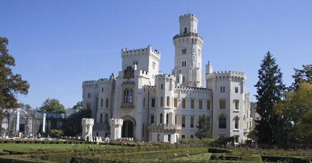 Eski Bohemya derebeylerinin ikametgahlarından olan saray, Çek Cumhuriyeti'nin en sevilen yapılarından biri. Turistlere sergilemekten gurur duyulan en önemli eserler ise 17'nci yüzyıldan kalma duvar kağıtları.