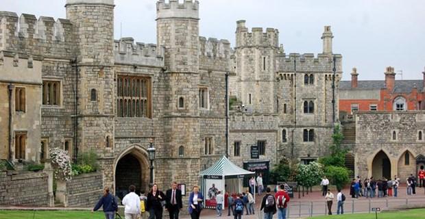 Britanya monarşisinin resmi ana rezidanslarından biri olan Windsor, dünyanın aralıksız yaşanılan en eski şatosu. 1078 yılında yapımına başlanan Saray, garnizon ve hapishane olarak da kullanıldı. Saray, İngiltere Kraliçesi tarafından hala kullanılıyor.