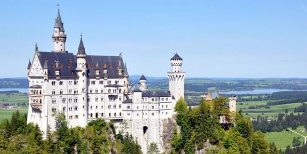 Bavyera Kralı II. Ludwig tarafından yaptırılan şato, 1886 yılında açıldı. Her ne kadar II. Ludwig sarayın açılışını görememiş olsa da Masal Sarayı olarak da adlandırılan bu yapı Almanya'nın Thüringen eyaletinde ziyaretçileri büyülemeye devam ediyor.