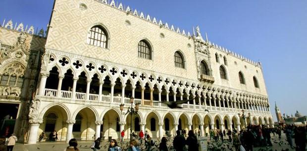 Doge Sarayı, tarihi Venedik Cumhuriyeti'nin politik kurumlarına ev sahipliği yaptı. Görkemli yapı, İtalya'nın deniz ve ticaret gücünün bir sembolü niteliğindeydi. Gotik tarzda yapılmış  saray birçok yangında zarar gördü fakat arka arkaya yeniden inşa edildi. Saray, şu anda müze olarak kullanılıyor.