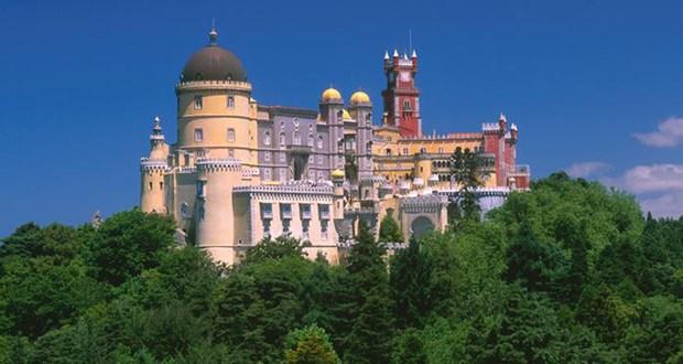 Sanat tarihçileri, bu yapıda birçok stilin kiç bir biçimde birbirine karıştığı görüşünde. Bazıları, sarayın Disneyland'ı andırdığını düşünüyor. Fakat turistler, Sintra kentindeki saraya çok ilgi gösteriyor. Saray, 14'üncü yüzyıldan itibaren Portekiz krallarının yazlık rezidansı olarak kullanıldı.