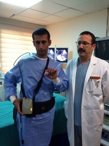 Prof. Ersoy, 34 yaşındaki Ahmet Güzel'e kapsül endoskopi uyguluyor.