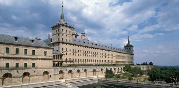 Madrid yakınlarında saray, manastır ve kütüphaneden oluşan bu yapı kompleksi için İspanyollar 'dünyanın sekizinci harikası' diyor. 207 metre uzunluğunda ve 161 metre genişliğindeki yapı, dünyanın en büyük Rönesans dönemi eseri. Çoğu İspanyol kralının anıt mezarı da burada bulunuyor.
