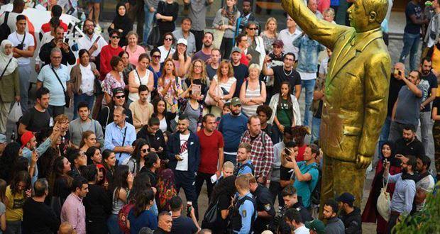 Almanya'nın Wiesbaden kenti, devasa Erdoğan heykelinin şokunda