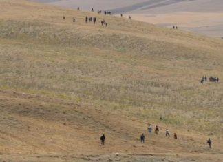 Türkiye-İran sınırından yasa dışı bir şekilde geçerek Türkiye'ye giriş yapan Afgan göçmenlerin durumu, son haftalarda kamuoyunda yoğun bir şekilde tartışılıyor.